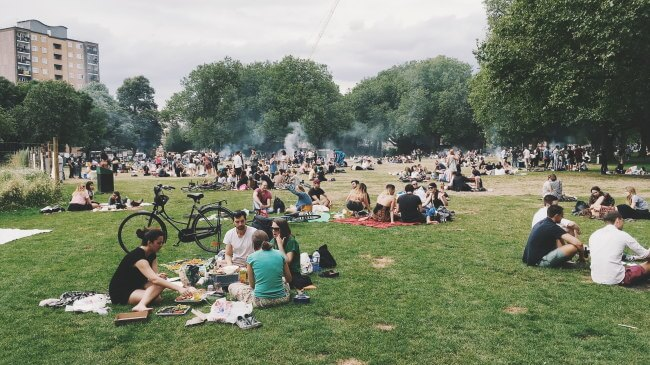 People eating in the park london fields unsplash