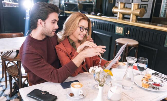 romantic restaurant date couple